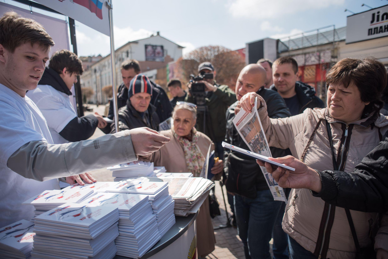 Мининформ раздал 3000 экземпляров Конституции Республики Крым